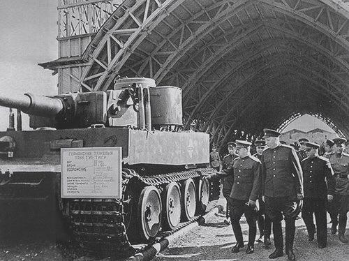 Маршал Советского Союза Георгий Жуков и танк Тигр